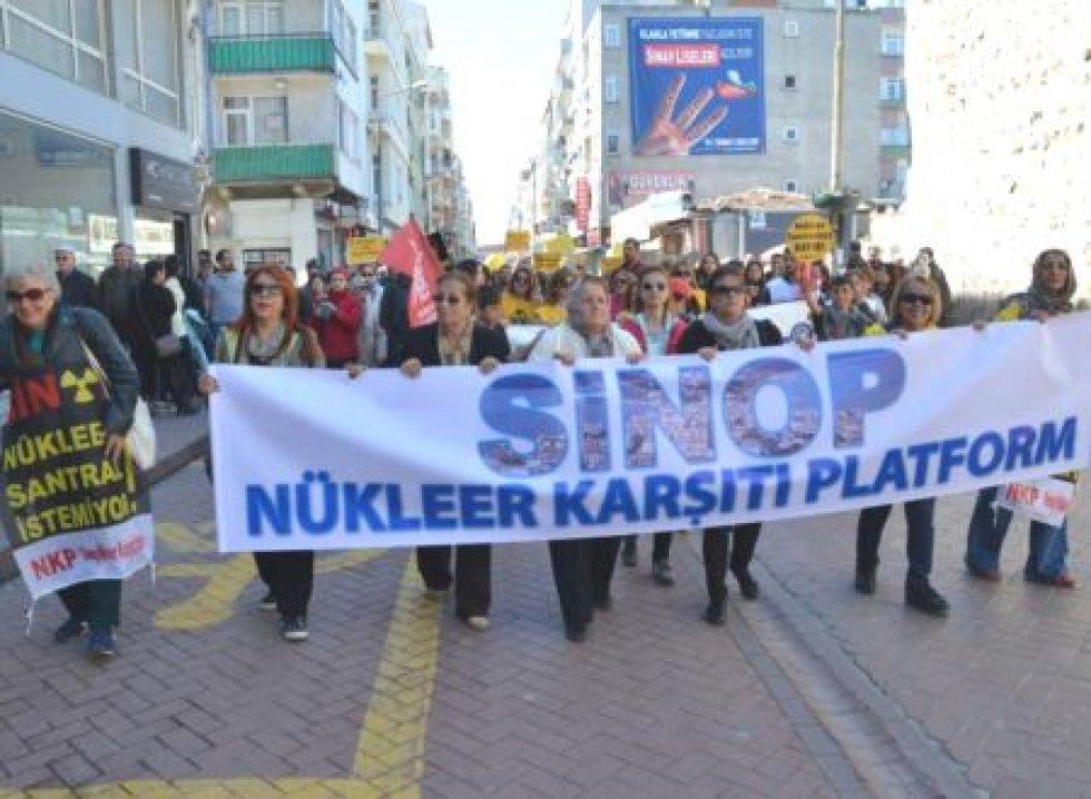 Sinop Nükleer Karşıtı Platformu (NKP) ve Türkiye'nin değişik illerinden gelen sivil toplum kuruluşlarının üyeleri ve vatandaşlar, Çernobil felaketinin 29. yıl dönümünde Akkuyu ve Sinop'ta kurulması planlanan nükleer santralleri protesto etti.