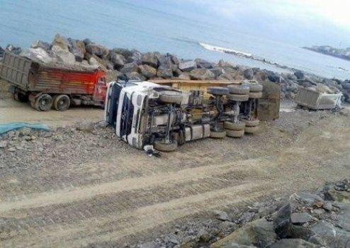 Türkeli'de kamyon devrildi: 1 yaralı