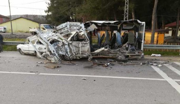 Yolcu otobüsü minibüsle çarpıştı; 1 ölü 1 yaralı