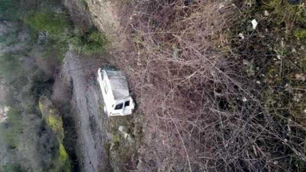 Uçuruma yuvarlanan araçtan yaralı olarak kurtuldular
