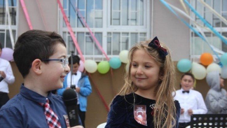 Minik Öğrenci Şiir Okurken Gülme Krizine Girdi