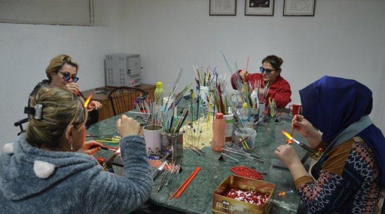 Ev kadınları ve engellilerden cama hayat veren dokunuşlar