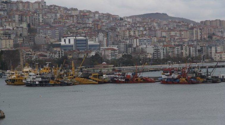 Limana sığınan gemiler beklemeye devam ediyor