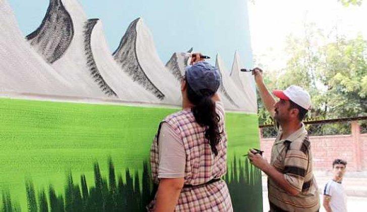 Sinoplu çift Siirt'in duvarlarını süslüyor - Vitrin Haber